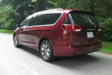 2017 Chrysler Pacifica Hybrid rear