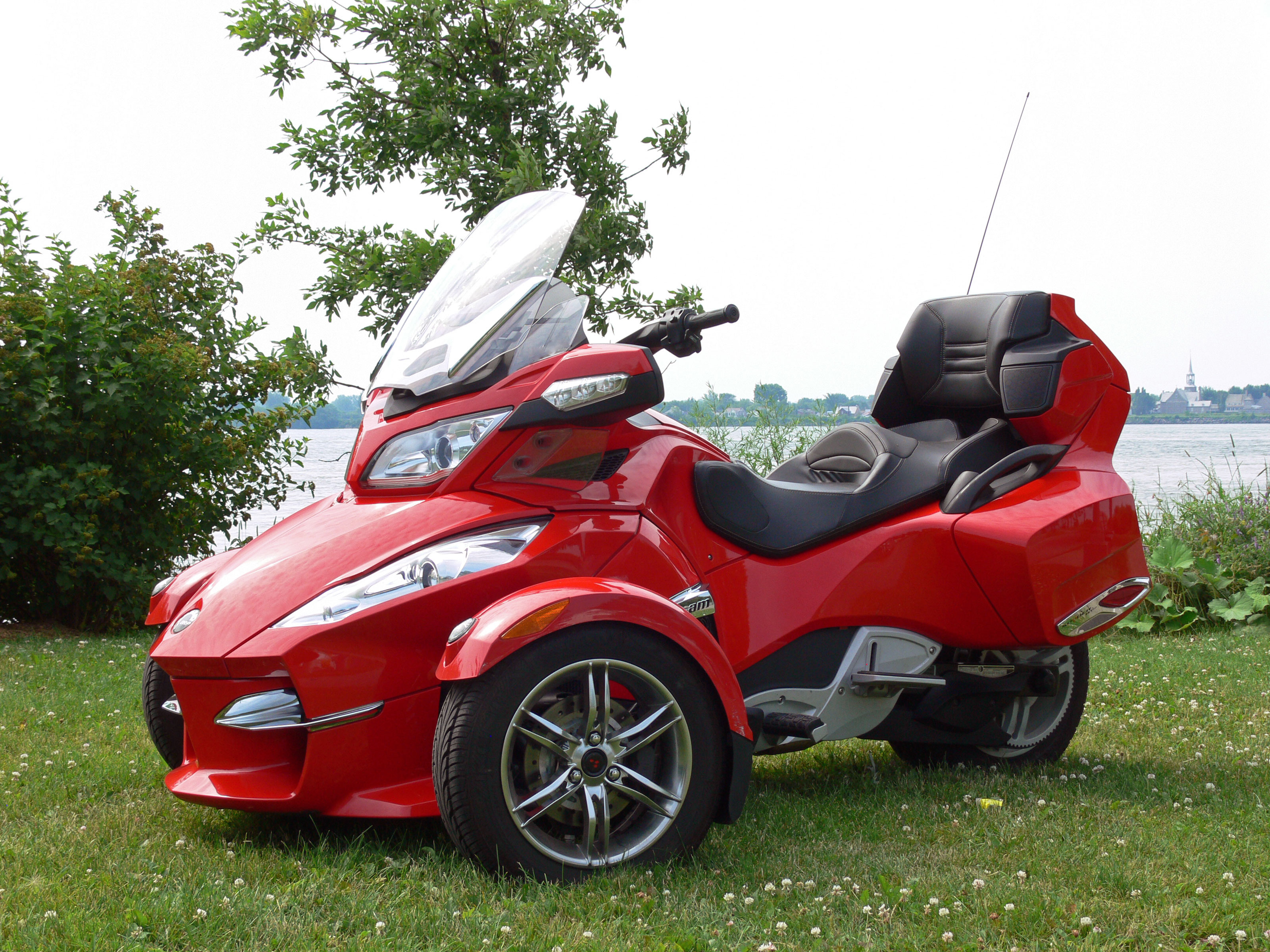 Can Am Roadster >> Weekends Three Wheeling In Old Montreal Vicariousmag Com
