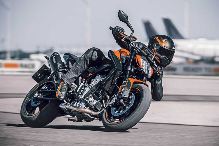 2021-KTM-890-Duke-track-action-1