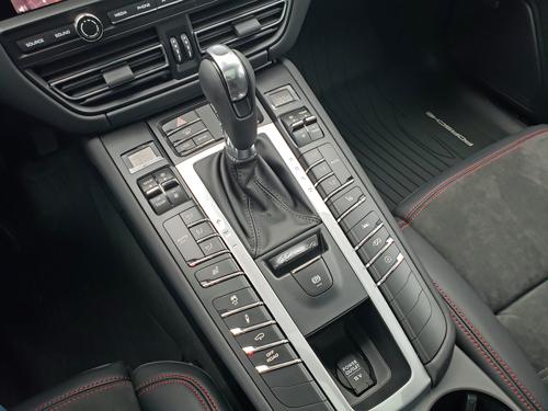 2021-Porsche-Macan-GTS-console