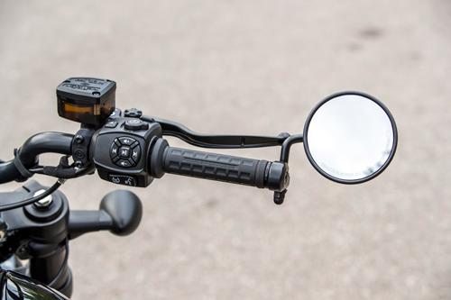 2021-Harley-Davidson-Sportster-S-right-handlebar