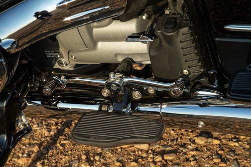 2022-BMW-R18-Transcontinental-footrest