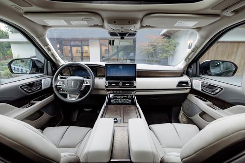2022-Lincoln-Navigator-front-seats